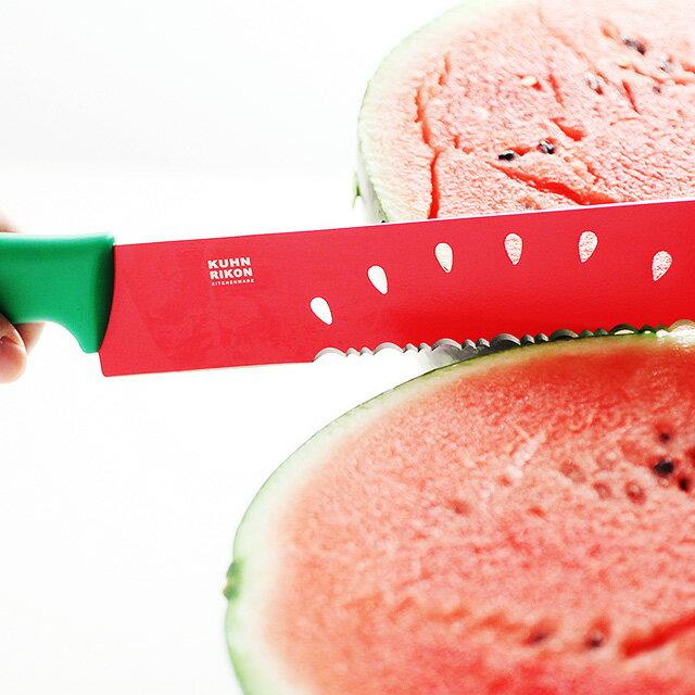 スイカナイフでスイカを切る