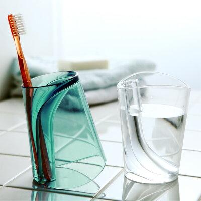 歯ブラシを立てつつ水を切れる!一つで二役のアイディアコップ