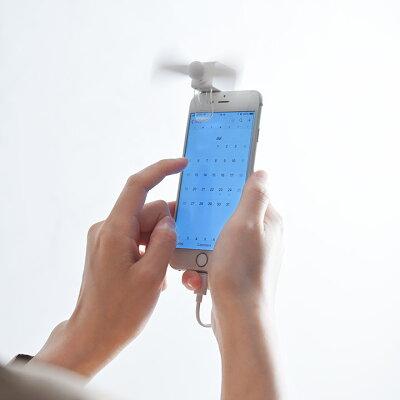 風を浴びながらスマホを操作できる!スマホにはさんで使うコンパクト携帯扇風機