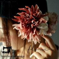 繊細な花びらが重なり合って大きく咲く。『華麗な花にときめく思いを伝えて。』pinkとwhiteの綺麗イロバランス。フラワーコサージュ##