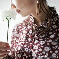 小花柄でキュートな大人女子を目指す。『ネックラインリボン、フリル風スタンドカラー!?』甘さを纏い。花柄プルオーバーシャツ