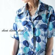 このシャツの彩りの淡さに惹かれて。『追憶の柄と色合い。』いくつあっても足りないシャツコレクション。アート柄半袖シャツ