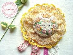 【coelho】白うさぎと花冠・ベージュ/オリジナルの手刺繍が可愛い♪ハンドメイドのロゼッタ(ロゼット)風のブローチ43【楽ギフ_包装】【ウサギ】【ラビット】