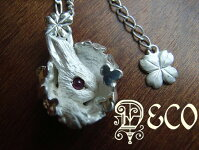 【DECO】クローバーに囲まれた白ウサギのシルバーペンダント/天然ルビー入り102
