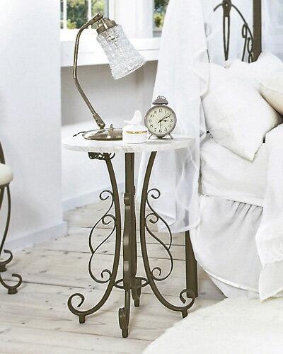曲線が美しいロートアイアンデザインの丸型サイドテーブル おしゃれ 可愛い フレンチ シャビー リビング 花台 輸入 ナイトテーブル デコラティブ インテリアの写真
