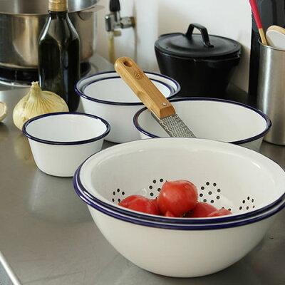 1920年から続くイギリスの老舗の琺瑯メーカー「ファルコンエナメルウェア」。白い食器に差し色...