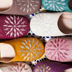 革の色と刺しゅう糸の色の組み合わせを楽しむバブーシュ。シックすぎず派手すぎず。使い込めば...