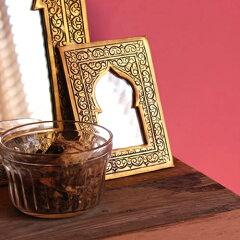 イスラミックな装飾が施されたモロッコのアラビアンミラー。モスクを連想させるフレームがエキ...