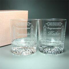 結婚祝い/結婚記念のプレゼントに最適なオーダーメイド名入れ彫刻のペア ロックグラス。お世話...