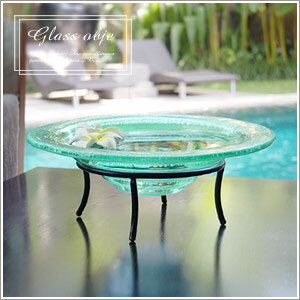 バリ島のヴィラで見つけたシンプルなガラスの水盤。水を入れて涼しげな水盆として使ったり、オ...