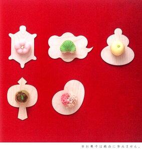 亀や瑞雲、鏡餅、小槌にお多福など福を呼ぶ形の菓子敷です。