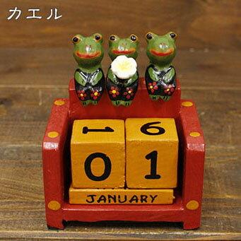 プルメリアをもった三つ子の アニマル カレンダー〈 三つ子 カエル〉 木彫りオブジェ アジアン雑貨 インドネシア バリネコ かえる