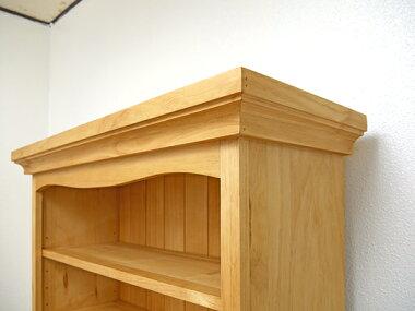 細かい飾り彫が特徴のカントリー家具