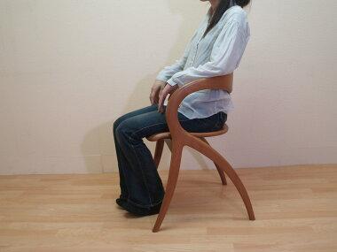 肘掛け付きでゆったり腰掛けていただけます