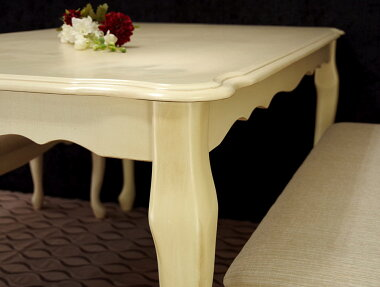クラシック調猫脚テーブル天板がカーブしていて美しい