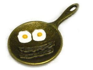 チャーム フライドエッグ 真鍮古美 約41×23mm 【5個セット販売】 アクセサリーパーツ 目玉焼き