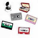 ピンバッジ ピンブローチ メンズ レディース アクセサリー ラペルピン エナメルコート ミュージック 音楽 蓄音機 LP レコード カセットテープ 面白いイラスト風 バッジ 1