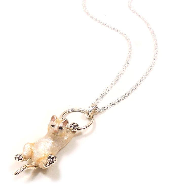 ネックレス ペンダント シルバー ぶら下がり猫 白猫 エナメル彩色 レディース