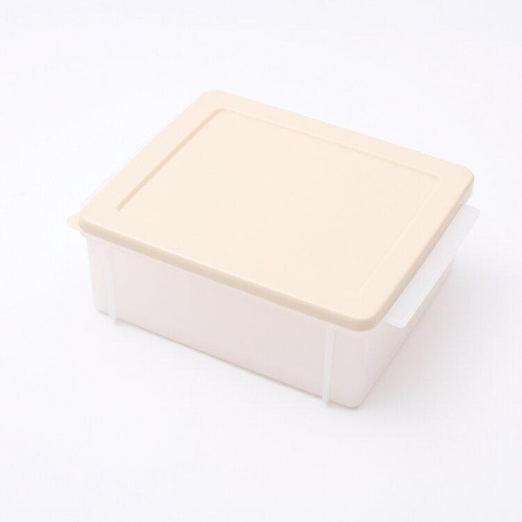 食パンが冷凍庫内で押しつぶされそうで心配・・・。そんな人におすすめなのがしっかりとした形を保ってくれるケースです。8枚切りの食パンなら、3枚保存できます。