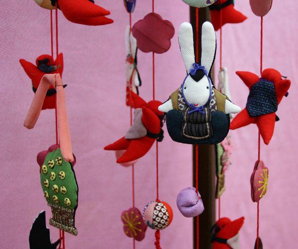 【つるし雛】【つるし飾り】正絹押し絵つるし飾り(傘赤)(木製スタンド付)送料無料【つるし雛】【つるし飾り】