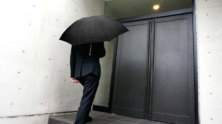 送料無料クラシコメンズステッチレザー折りたたみ傘軽量ミニ開閉便利機能レザーハンドル高級紳士傘雨傘傘かさカサ雨傘メンズおしゃれブランドメンズファッション保証付きストライプブラック♪