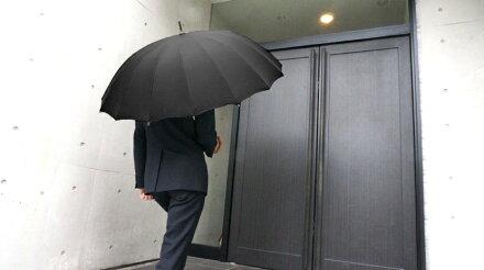 全品送料無料クラシコメンズバンブー持ち手高級紳士傘グラスファイバー骨軽量480g16本骨傘かさカサ大きい雨傘メンズおしゃれブランドメンズファッション保証付きブラック◎