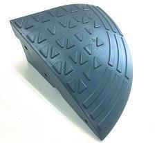 【送料無料】ステッププレート コーナー 1枚 SP-15GC(段差解消樹脂スロープ)152×360×360mm。(2250g)駐車場や歩道と車道の段差を解消します。樹脂製ですので、金属製に比べ静かに通過できます。車椅子や台車、自転車の通行を快適に。(アラオ)