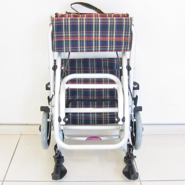 車椅子 車イス 車いす旅行から室内利用までコレ1台!チョットしたお買い物にも!介護・介助用 簡易車椅子 超軽量 コンパクト 折りたたみ式 介助ブレーキ付き シートベルト付き ノーパンクタイヤ A502-AK kadokura/カドクラ