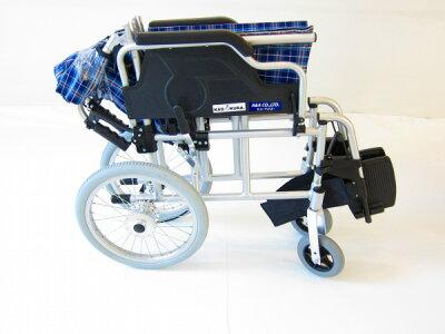 カドクラ車椅子車イス車いす【ビスケット】便利機能満載!介助・介護用車椅子ブルーチェック軽量背折れ式跳ね上げ式スイングアウトコンパクトノーパンクタイヤ折り畳み介助ブレーキ(ドラム式)B602-AKBkadokura