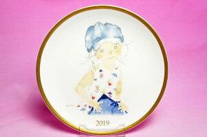 いわさきちひろ◆2019年イヤーズプレート「スケッチブックを持つ青い帽子の少女」