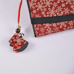 【印傳屋(いんでんや)(印伝)】財布と根付のセット束入T(長財布)(赤地白漆・雪割草)+根付(ブーツ型)《無料ラッピング承ります》誕生日や記念日のプレゼントに最適!【RCP】