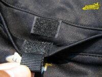 ポケットは中が飛び出さないようにマジックテープで閉められます。