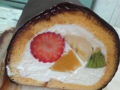 色とりどりのフルーツロールケーキにガナッシュチョコをかけたら・・太巻きみたいなケーキにな...