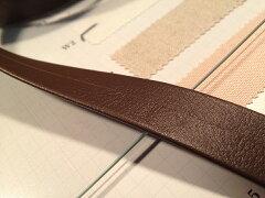 合成皮革で作られたしっかりとしたハードタイプの両折れセンター合わせのベルトです合成皮革ベ...