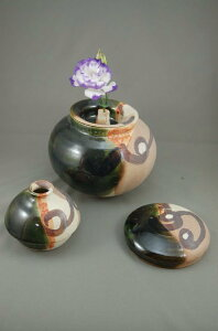 B-3鳴海織部大丸壺花器骨壷3変化で使用出来る7号花器としてお花が生けられます