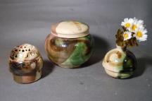 B-5鳴海織部小丸3変化壷,香炉付き骨壷5号美術品として、又実際に花を生けたり、香を焚いたりし、生前に楽しみ、最後に自分が愛用したものが骨壷として使用出来る