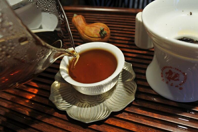 茶碗に注がれるプーアル茶