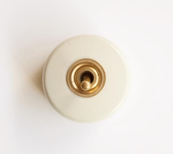 送料無料】アクシス HOME STEAD 陶器スイッチ ホワイト 白 hs2334 ワンポイント DIY 雑貨 ナチュラル アメリカン カントリー インテリア 北欧 雑貨 トグル スイッチ レトロ調 電気建材 アンティーク調 hs-2334 磁器 ブラス 真鍮