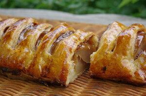 新鮮なリンゴを使った人気のアップルパイは全て手作り。サクサクのパイ生地とシナモン・レーズ...