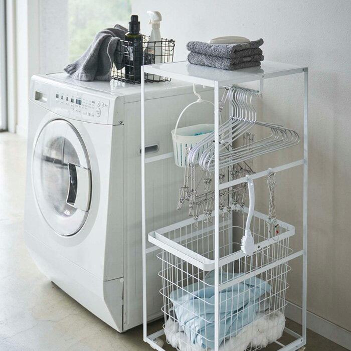 ハンガー、ピンチハンガー、洗濯バサミなど、ごちゃごちゃしがちなランドリーグッズをまとめてキレイに収納できるランドリーワゴン。キャスター付きなので、使いやすい場所に移動する時も、お掃除する時も、ラクラク移動できます。  天板は、洗剤やタオルの置き場所に、洗濯時の仕分けにとさまざまな使い方ができます。たっぷり掛けられるハンガーバーが付いているので、必要なランドリーグッズをまとめて掛けておくことも可能。ワゴンには4つのフックがついているので、ハンガーバーにかけきれない洗濯小物を掛けておいてもいいですね。