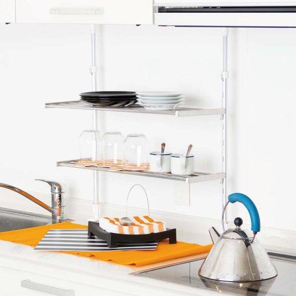 キッチンの雰囲気に合わせやすいステンレス製のラックです。上下のラックは深さが異なり、幅の狭いラックには調味料やコップ、広いラックにはお皿・・・など使い分けができます。棚の位置は自由に設定できて便利です。