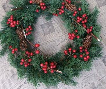 サンキライのリース赤い・クリスマスリースサンキライ・ 造花・外に飾るリース・玄関リース・クリスマス・リース・ヒバヒバのリース・外玄関のリース・木の実のリース