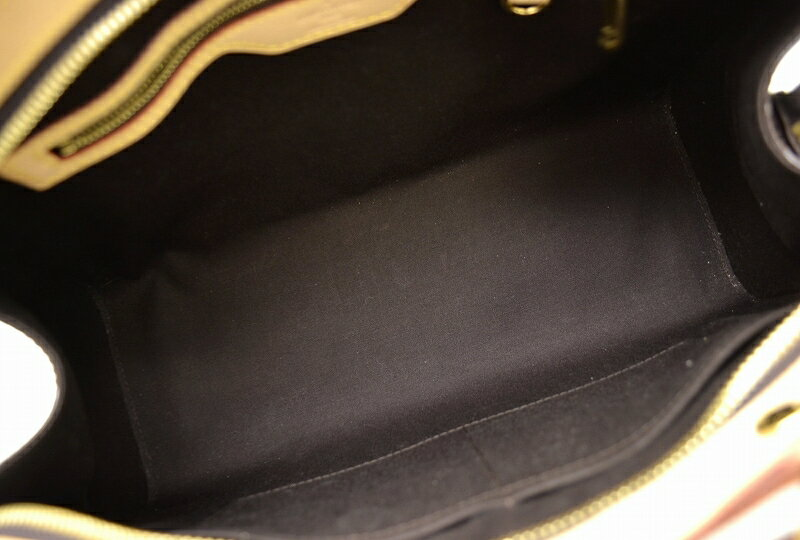 590738072255 【材質】 エナメルカーフ【カラー】 アマラント【仕様】 内側ファスナーポケット×1、小ポケット×2 【型番】 M91619 【付属品】  ショルダーストラップ
