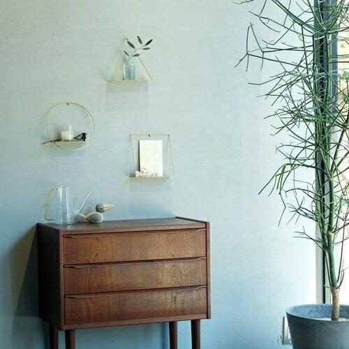 真鍮の繊細なラインが印象的な飾り棚です。シンプルなフレームが素材の持ち味を引き出して、スタイリッシュな壁面を演出してくれます。