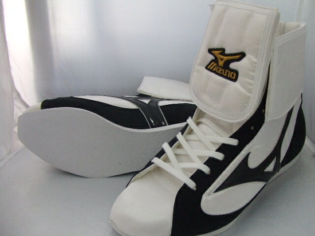 Mizuno reinforced with folded short boxing shoes ( our original White x black line ) ランバードロゴ on original shoe bag with (boxing supplies & ring shoes)