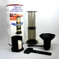 空気の力を利用したコーヒー抽出器具エアロ プレス