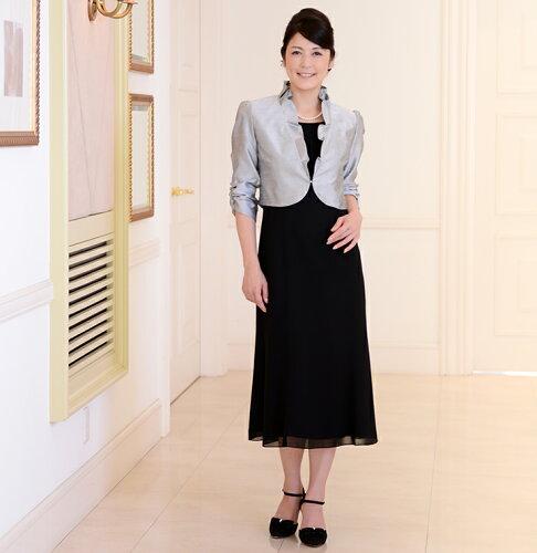 939af90e64e2b 下画像もレンタル商品です。シンプルな黒のドレスにウンガロソワの高級ジャケットを合わせています。ジャケットは羽織るタイプで、若々しく着用できます。