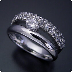 パヴェセッティングと甲丸リングを組み合わせた婚約指輪