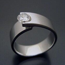 シンプルでスタイリッシュな婚約指輪