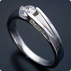 背中がセクシーな婚約指輪